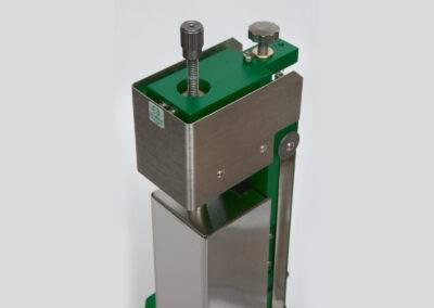 Model_3590VHR_extensometer_calibrator-coarse_and_fine_adjustment_controls-uc